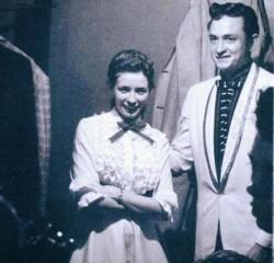 Johnny Cash gör sin scendebut och träffar June carter för första gången